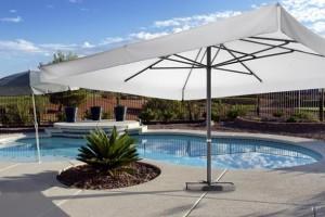 Ombrelloni da esterno per hotel: come organizzare una festa in piscina