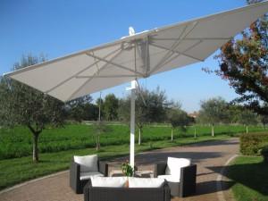 Arredo giardino e ombrelloni: consigli sulla manutenzione