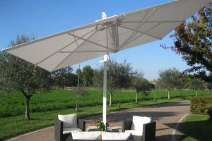 Come scegliere un ombrellone da giardino: i nostri consigli